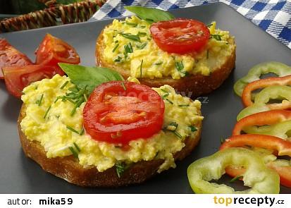 Míchaná vejce s cuketou a mozzarellou