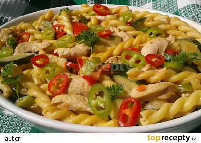Pikantní kuřecí kousky se zeleninou a nudlemi