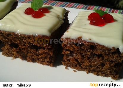 Rychlý kakaový koláč s polevou z bílé čokolády