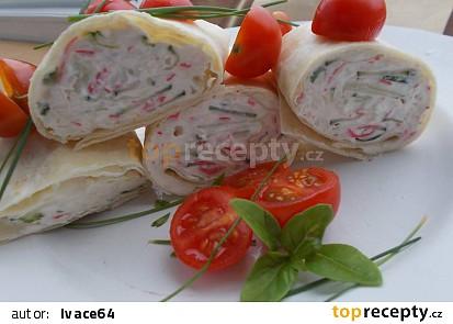 Surimi salát  s rajčaty a kapary v tortilách