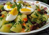 Teplý bramborový salát s fazolemi a vejci