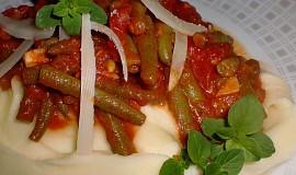 Zelené fazolky na rajčatech a česneku