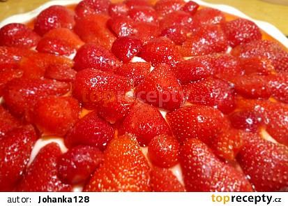 Bezlepkový piškotový koláč s pudinkem, jahody a želatinou