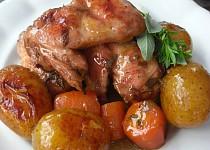 Kuřecí křídla s bramborami a zeleninou v lorně