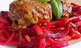 Masovo-tvarůžkový karbenátek se zeleninovými špagetami
