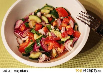 Okurkový salát s rajčetem, červenou cibulí a mátou