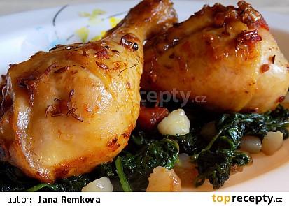 Pečené kuřecí paličky na sušených rajčatech s baby špenátem na slanině