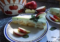 Piškotový nepečený dortík s jablky a mátou