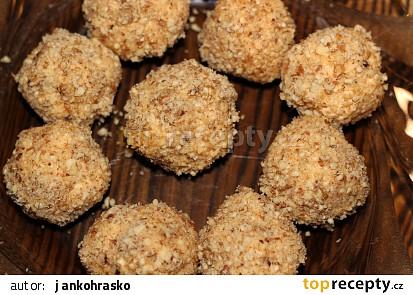 Sýrové kuličky obalené ořechy