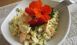 Těstovinový salát se zeleninou a zakysanou smetanou