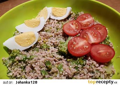 Tuňákový salát s brokolicí a quinoou