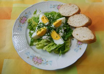 Hlávkový salát s vařenými vejci