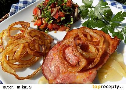 Pečená uzená krkovička s vídeňskou cibulí a petrželovým salátem