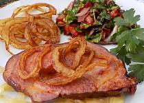 Pečená uzená krkovička s vídeňskou cibulí a petrželkovým salátem