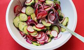 Ředkvičkový salát s okurkou a červenou cibulí