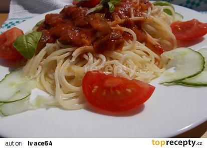 Špagety s omáčkou z rajčat, mletého masa a okurek