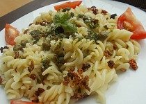 Těstoviny s domácím  bazalkovým pestem se sušenými rajčaty a sýrem