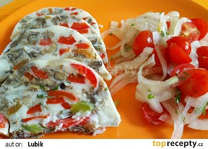 Houbová terina s cibulovo-rajčatovým salátem