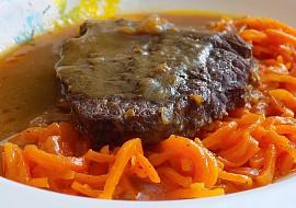 Hovězí dušené na cuketě s mrkví na másle