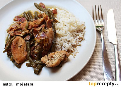 Slaninové kuře se zelenými fazolkami