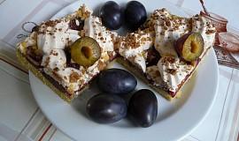 Švestkový koláč s bílkovou mřížkou