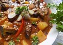 Houbový guláš s brambory a kapií bez mouky