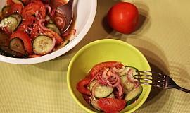 Jednoduchý okurkový salát s rajčaty