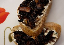 Crostini s tymiánovou riccotou a grilovanými houbami