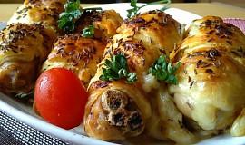 Kuřecí špalíčky a křídla se sýrem a slaninou,  pečené v listovém těstě
