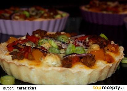 Pizza koláček s masovou směsí