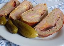 Zarolovaná sekaná se šunkou, sýrem a slaninou