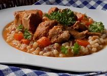 Vepřové dušené maso s mrkví a slaninovou tarhoňou