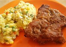 Tmavý řízek s bramborovým salátem