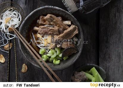 Vývar z vepřových žeber s rýžovými nudlemi