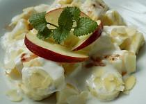 Banánový salát s jablky, jogurtem a mandlemi