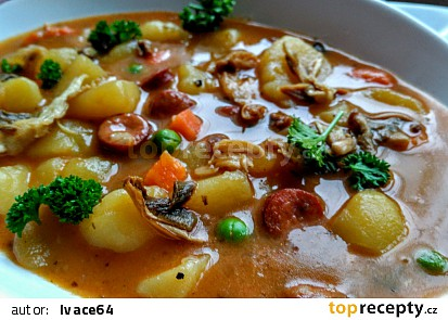 Bramborový guláš s trampskou uzeninou,  zeleninou a houbami