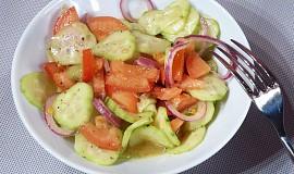 Okurkový salát s rajčaty a balsamikem