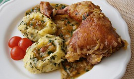 Uzené kuřecí čtvrtky na cibuli