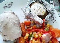 Kuře s pečenou bramborou, plněnou sýrovým dipem a salátkem