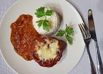 Papriky plněné taliány s rajčatovou omáčkou