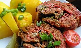 Roláda z mletého masa, plněná špenátem, sýrem a slaninou