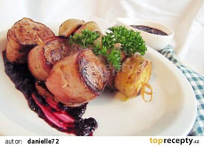 Slaninová panenka s omáčkou z lesních plodů a pečenými brambory