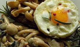 Topinka se smetanovými houbami a vejcem