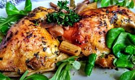 Kuřecí stehna na houbách a zelenině