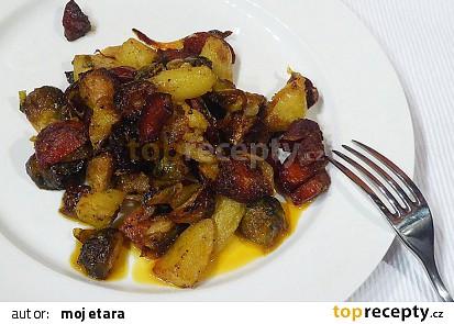 Pečená růžičková kapusta se salámem, brambory a cibulí