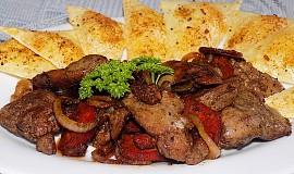 Přírodní drůbeží játra s maďarskou klobásou, cibulí a sýrovými krekry