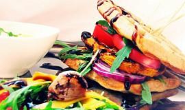 Rozmarýnové vafle s balsamicovou dýní, česnekovým dipem a salátem