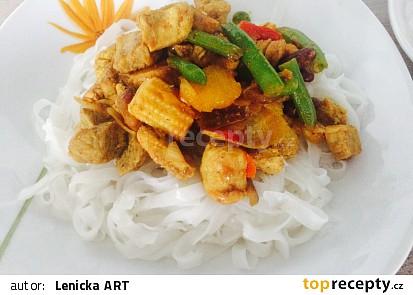 Rýžové nudle a krůtí maso na kari