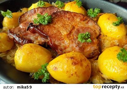 Uzená krkovice pečená na zelí s bramborami