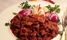 Uzené kostky v pikantní fazolové omáčce